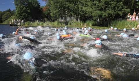 Många testade på triathlon för allra första gången och alla lyckades fantastiskt bra. Stämningen och nervostiteten innan starten på Bagarsjöns strand gick verkligen att ta på och strax efter start kokar sjön av simmande triathleter, magiskt!