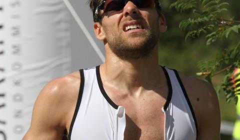Tvåan Luca. Tvåan Luca Mazzurana ledde efter simningen (trots en del strul med navigationen på sjön) men fick problem med magen under löpningen.