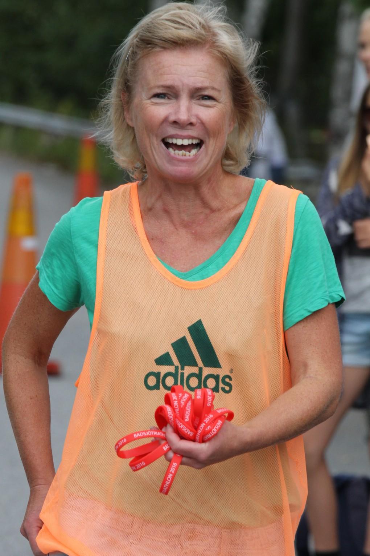 Cissi delade också ut armbanden på löpningen