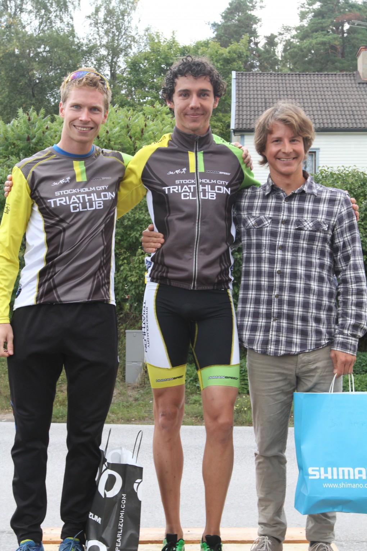 Fina priser även till herrpallen. Från höger: Oskar, Donati  & Oskar